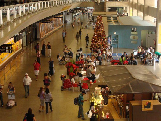 Interior del Aeropuerto Internacional Tancredo Neves