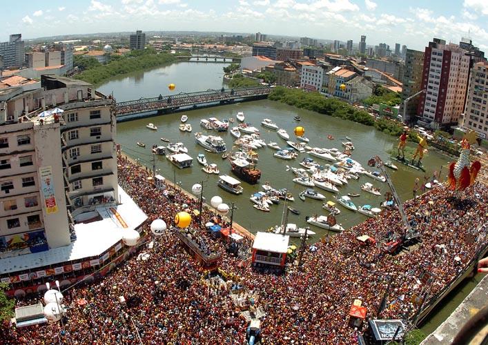 Carnaval de Recife: multitud en desfile inaugural