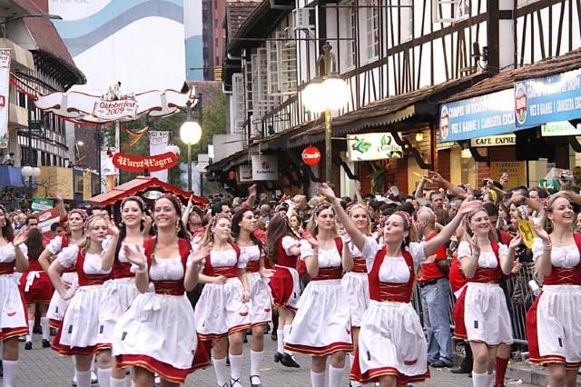 Oktoberfest en Blumenau, desfiles en la Rua XV Novembro