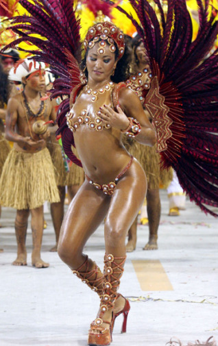 Historia de la samba brasilera: bailarina en Carnaval