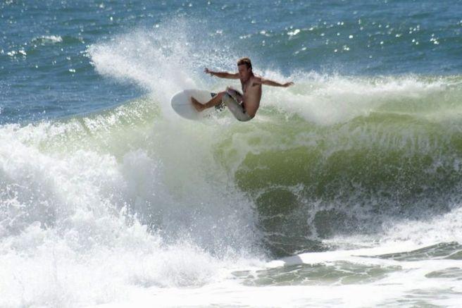 Surf en playa Estaleiro de Camboriú
