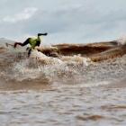 Surfeando la Pororoca del Río Amazonas